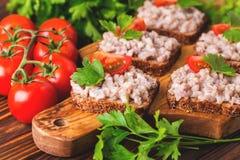 Здравица с кошерным затиром Forshmak, петрушкой и томатами вишни Стоковые Фото