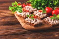 Здравица с кошерным затиром Forshmak, петрушкой и томатами вишни Стоковые Фотографии RF