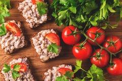 Здравица с кошерным затиром Forshmak, петрушкой и томатами вишни Стоковая Фотография