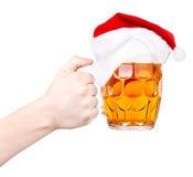Здравица с пивом и шляпой Санты Стоковое Изображение