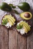 Здравица с плавленым сыром и авокадоом на таблице Вертикальная верхняя часть Стоковые Изображения