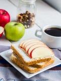 Здравица с сыром творога, яблоком, медом и высушенными плодоовощами, кофе Стоковая Фотография RF