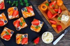 Здравицы лета с плавленым сыром и плодоовощами Стоковое Фото