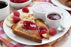 здравицы помадки с свежими поленикой, вареньем и югуртом для завтрака Стоковые Фото