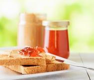 Здравицы с арахисовым маслом и вареньем клубники Стоковая Фотография