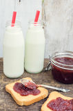 Здравицы с вареньем и молоком клубники Стоковая Фотография RF