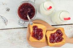 Здравицы с вареньем и молоком клубники Стоковые Изображения
