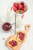 Здравицы с вареньем и молоком клубники Стоковое Фото