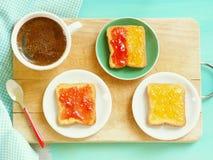 Здравицы с вареньем для завтрака Стоковые Изображения