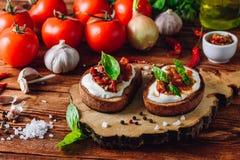 2 здравицы с высушенными томатами и пряным соусом Стоковые Изображения