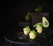 Здравицы с макаронными изделиями от avakado или гуакамоле и специй на деревянном столе с плодоовощами, селективном фокусе, концеп Стоковая Фотография