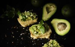 Здравицы с макаронными изделиями от avakado или гуакамоле и специй на деревянном столе с плодоовощами, селективном фокусе, концеп Стоковое Изображение