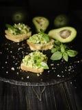 Здравицы с макаронными изделиями от avakado или гуакамоле и специй на деревянном столе с плодоовощами, селективном фокусе, концеп Стоковые Фотографии RF
