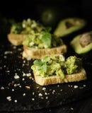 Здравицы с макаронными изделиями от avakado или гуакамоле и специй на деревянном столе с плодоовощами, селективном фокусе, концеп Стоковое Фото