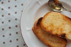 2 здравицы с медом на блюде Стоковые Фото
