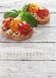 Здравицы с мягким сыром и томатами вишни Стоковое Изображение RF