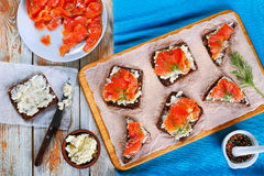 Здравицы с плавленым сыром и красными рыбами Стоковая Фотография