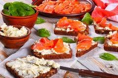 Здравицы с плавленым сыром и красными рыбами Стоковое фото RF