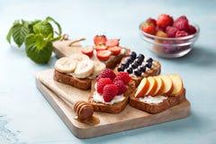 Здравицы с плавленым сыром и свежими ягодами Стоковые Фото