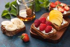 Здравицы с плавленым сыром и свежими ягодами Стоковое Изображение