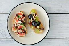 2 здравицы с плодоовощами и сыром Стоковая Фотография
