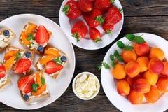 Здравицы хрустящей корочки с плавленым сыром и плодоовощами Стоковое Изображение RF