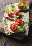 Здравицы (Crostini) с томатами рикотты и вишни Стоковое Изображение RF
