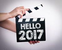 Здравствуйте! 2017 Женские руки держа колотушку кино стоковые фото