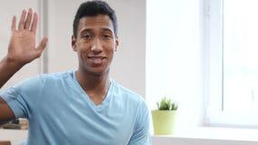 Здравствуйте! молодым чернокожим человеком видеоматериал