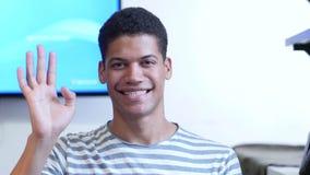 Здравствуйте! молодым чернокожим человеком сток-видео