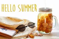 Здравствуйте! текст лета на желтом соке коктеиля с абрикосом, шляпой, su Стоковое Изображение