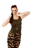 Злющая женщина в воинский класть в коробку одежд Стоковое фото RF