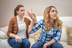 Злющая мать споря с ее дочь-подростком Стоковое Изображение