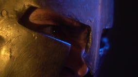 Злющий римский гладиатор смотрит его врага видеоматериал