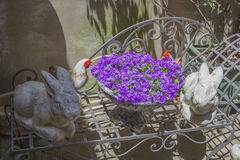 2 диаграммы кролика сада стоят с букетом цветков лаванды на стенде металла Стоковая Фотография