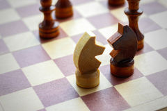 2 диаграммы лошади Деревянный комплект шахмат на шахматной доске Шахмат Bl Стоковые Изображения RF