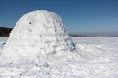 Иглу стоя на снежном glade иллюстрация штока