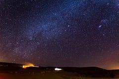 Играет главные роли ноча неба над располагаясь лагерем туристическим местом, пустыней Израилем Стоковые Фотографии RF