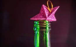 Играйте главные роли в шеи бутылки, алкоголизма звезды в бутылке Стоковое Изображение RF