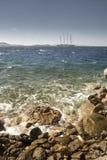 Играйте главные роли клипер с городка Mykonos и гавани Греции Стоковое фото RF