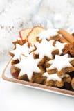 Играйте главные роли печенья, гайки и специи для рождества в шаре Стоковая Фотография RF