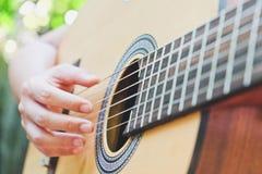 играть акустической гитары стоковое фото rf