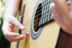 играть акустической гитары стоковые изображения