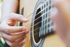 играть акустической гитары стоковые фото