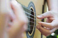 играть акустической гитары стоковое изображение rf