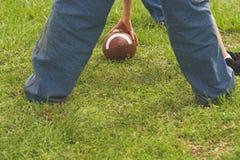 Играть американский футбол Стоковое Изображение