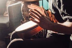 играть барабанчика стоковое изображение rf