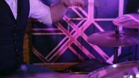 Играть барабанщика на концерте видеоматериал