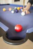 Играть бассейн на бильярдном столе стоковые фотографии rf