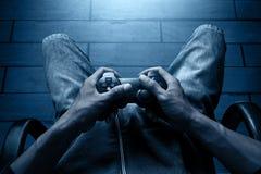 Играть видеоигры на ноче стоковое изображение rf